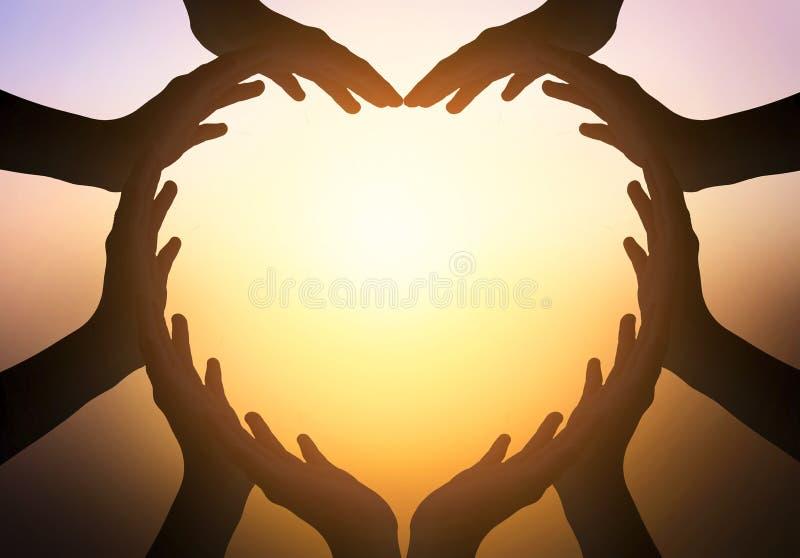 Διεθνής ημέρα της έννοιας φιλίας: παραδίδει τη μορφή της καρδιάς στο θολωμένο υπόβαθρο στοκ φωτογραφίες