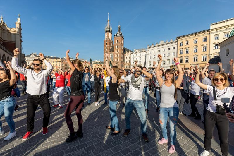 Διεθνής ημέρα Flashmob Rueda de Casino Αρκετά άτομα χορεύουν ισπανικοί ρυθμοί στο κύριο τετράγωνο στην Κρακοβία στοκ εικόνα με δικαίωμα ελεύθερης χρήσης