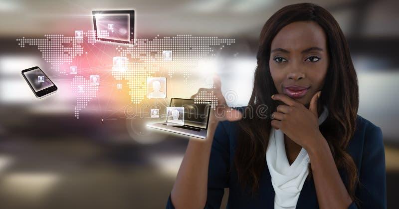Διεπαφή συσκευών τεχνολογίας και επιχειρηματίας σχετικά με τον αέρα μπροστά από τα παράθυρα γραφείων στοκ εικόνες