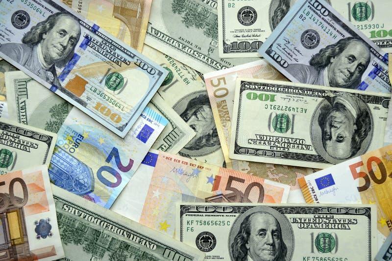 Διεσπαρμένα δολάρια και ευρώ στοκ φωτογραφίες