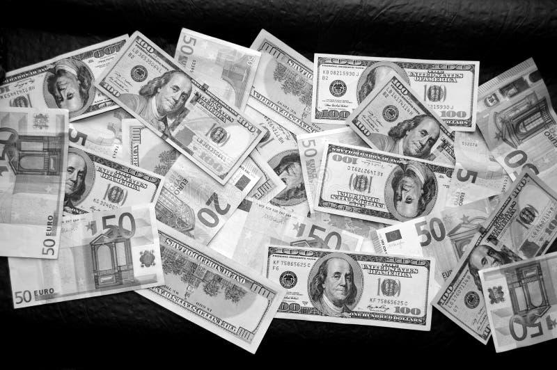 Διεσπαρμένα δολάρια και ευρώ στοκ εικόνες με δικαίωμα ελεύθερης χρήσης