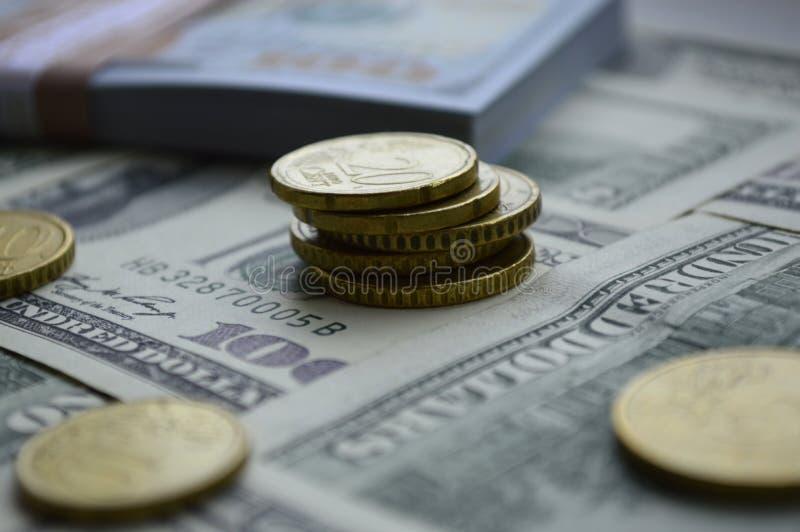 Διεσπαρμένα τραπεζογραμμάτια 100 αμερικανικών δολαρίων και των ευρο- νομισμάτων στοκ εικόνες
