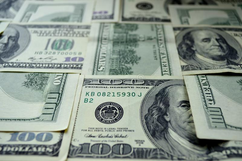 Διεσπαρμένα τραπεζογραμμάτια 100 αμερικανικών δολαρίων στοκ φωτογραφίες