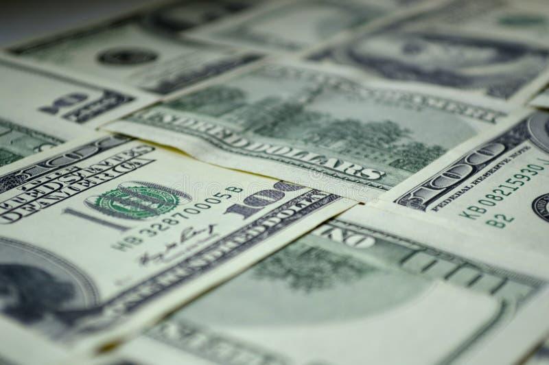 Διεσπαρμένα τραπεζογραμμάτια 100 αμερικανικών δολαρίων στοκ φωτογραφία με δικαίωμα ελεύθερης χρήσης