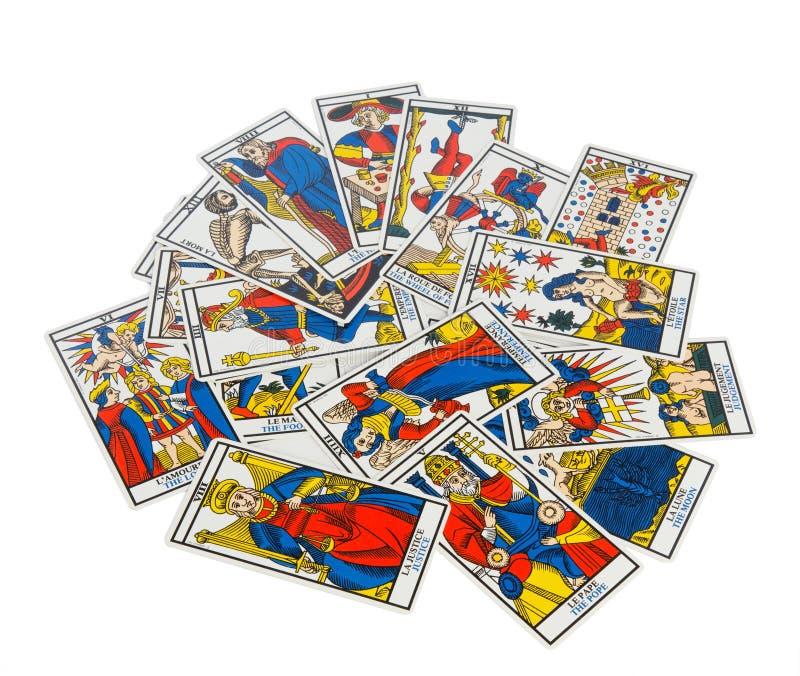 Διεσπαρμένες μαντικές κάρτες tarot με τα σχέδια στοκ εικόνες