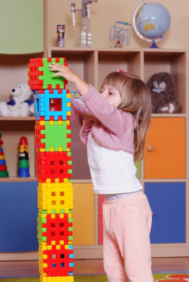 Διετές κορίτσι που παίζει και που μαθαίνει στον παιδικό σταθμό στοκ φωτογραφίες με δικαίωμα ελεύθερης χρήσης