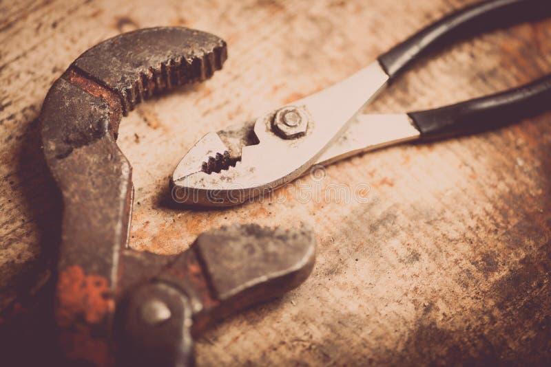 Διευθετήσιμες κλειδί και πένσες στην ξύλινη σανίδα στοκ φωτογραφία με δικαίωμα ελεύθερης χρήσης