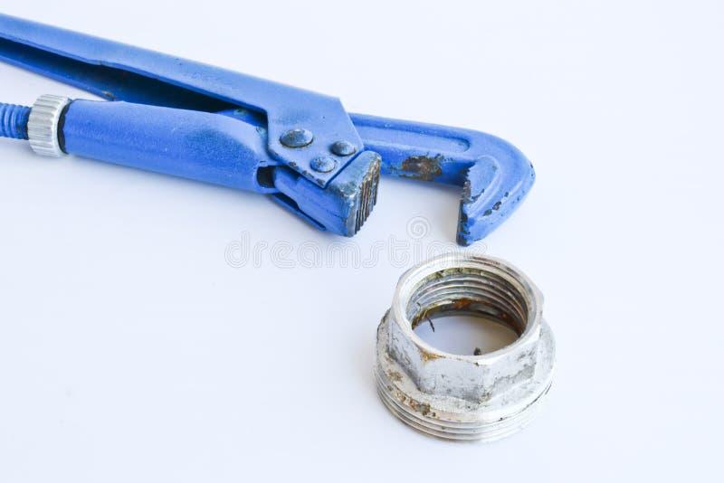 Διευθετήσιμο γαλλικό κλειδί αερίου και μεγάλο καρύδι για την παροχή νερού Εργαλεία Metalware που απομονώνονται σε ένα ελαφρύ υπόβ στοκ φωτογραφία