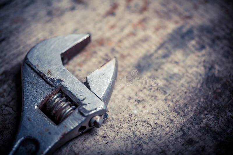 Διευθετήσιμο κλειδί στην ξύλινη σανίδα στοκ εικόνες