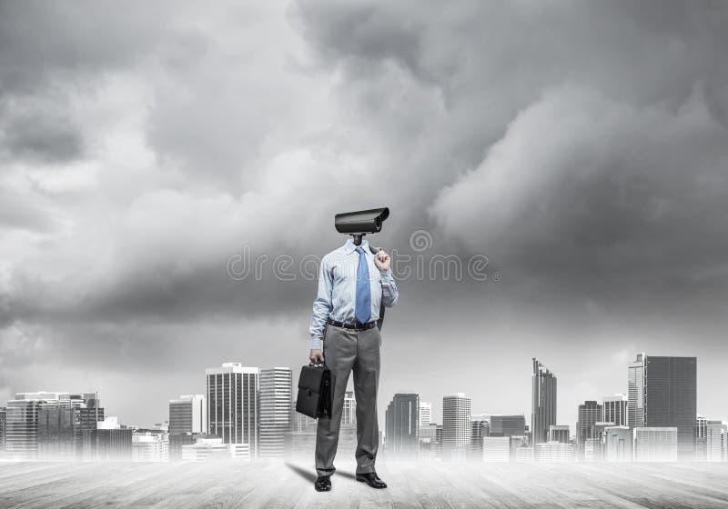 Διευθυνμένο κάμερα άτομο που στέκεται στο ξύλινο πάτωμα ενάντια στο σύγχρονο citysc στοκ φωτογραφίες