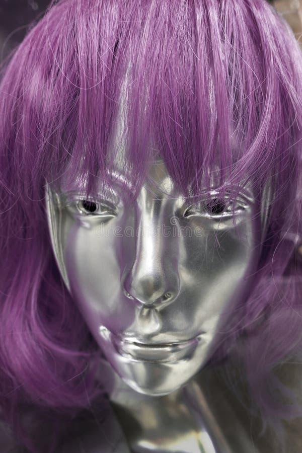 Διευθυνμένο μέταλλο θηλυκό μανεκέν με τη ρόδινη πορφυρή περούκα τρίχας στοκ εικόνες