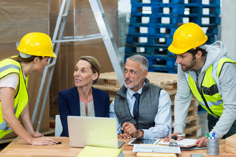 Διευθυντές αποθηκών εμπορευμάτων που αλληλεπιδρούν με τους εργαζομένους στοκ εικόνες