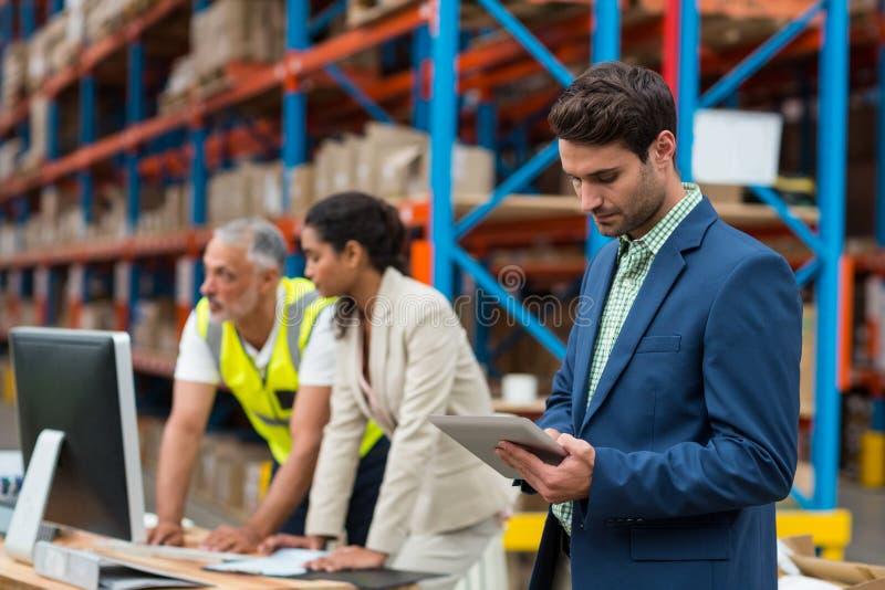 Διευθυντές και εργαζόμενος αποθηκών εμπορευμάτων που εργάζονται από κοινού στοκ εικόνες