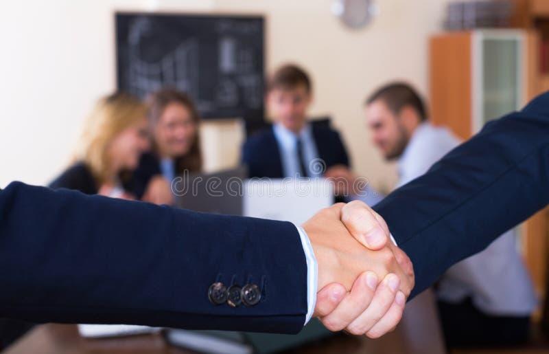 Διευθυντές που τινάζουν τα χέρια μετά από την επιτυχή διαπραγμάτευση στοκ φωτογραφία