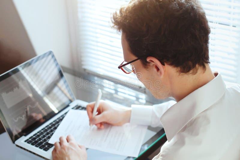 Διευθυντής επιχειρηματιών που εργάζεται με τα οικονομικά στοιχεία εκθέσεις και έγγραφα στοκ εικόνα με δικαίωμα ελεύθερης χρήσης