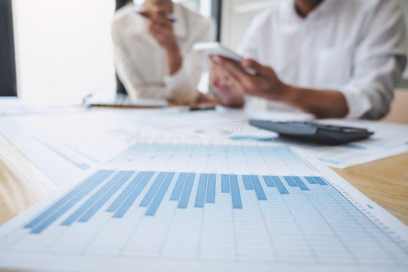 Διευθυντής επιχειρησιακών περιστασιακός ομάδων που διοργανώνει μια συζήτηση με τις νέες οικονομικές στατιστικές επιτυχίας προγράμ στοκ φωτογραφία με δικαίωμα ελεύθερης χρήσης