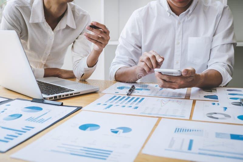 Διευθυντής επιχειρησιακών περιστασιακός ομάδων που διοργανώνει μια συζήτηση με τις νέες οικονομικές στατιστικές επιτυχίας προγράμ στοκ εικόνες