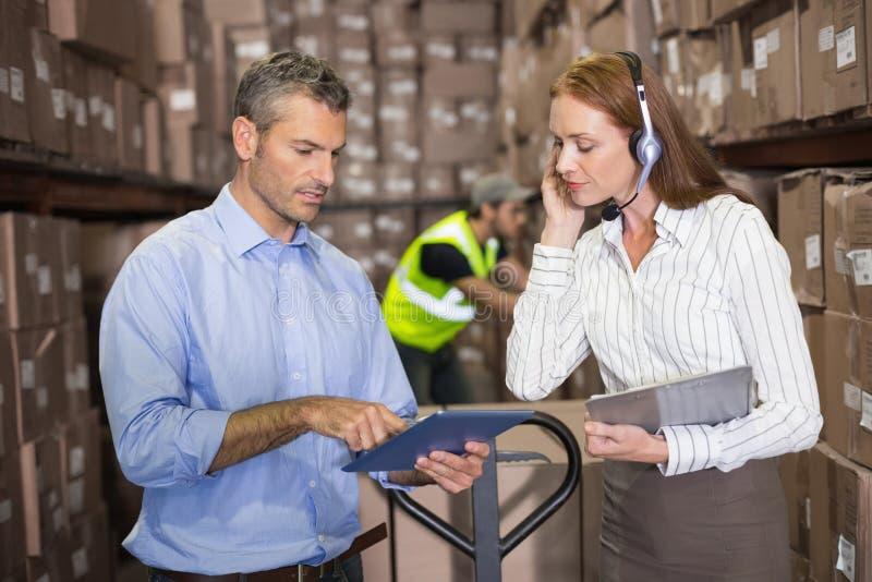 Διευθυντής και επιστάτης αποθηκών εμπορευμάτων που εργάζονται από κοινού στοκ φωτογραφία με δικαίωμα ελεύθερης χρήσης