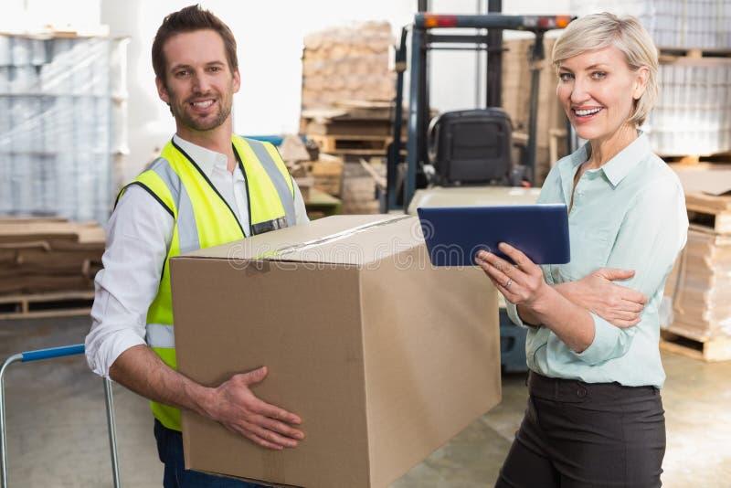 Διευθυντής και επιστάτης αποθηκών εμπορευμάτων που εργάζονται από κοινού στοκ εικόνες