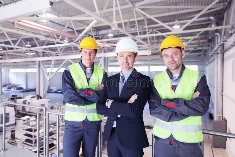 Διευθυντής και εργαζόμενοι στο εργοστάσιο στοκ φωτογραφίες με δικαίωμα ελεύθερης χρήσης