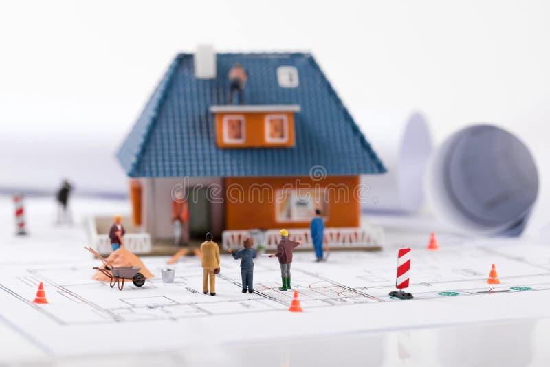 διευθυντής κατασκευής που παρουσιάζει διαδικασία οικοδόμησης καινούργιων σπιτιών στοκ φωτογραφία