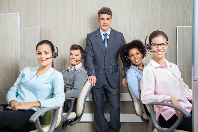 Διευθυντής με τους αντιπροσώπους εξυπηρέτησης πελατών μέσα στοκ εικόνα