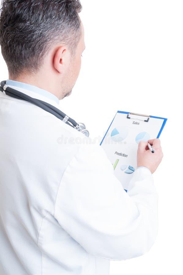 Διευθυντής νοσοκομείων που διαβάζει την οικονομική πρόβλεψη διαγραμμάτων και πωλήσεων στοκ εικόνα