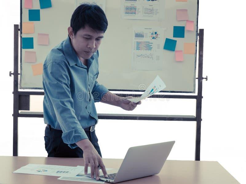 Διευθυντής που δείχνει την έκθεση πώλησης που το προσωπικό πώλησης υποβάλλει στοκ εικόνα