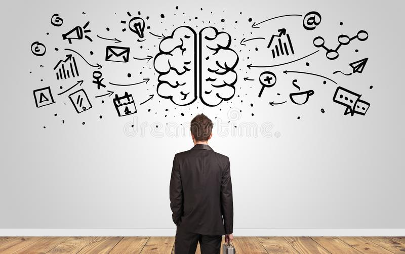 Διευθυντής που κοιτάζει στον τοίχο με την υπερφορτωμένη έννοια εγκεφάλου στοκ εικόνες με δικαίωμα ελεύθερης χρήσης