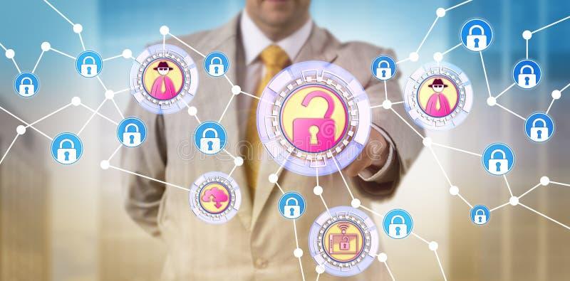 Διευθυντής που προσδιορίζει μια απειλή Cyber σε ένα δίκτυο στοκ φωτογραφία