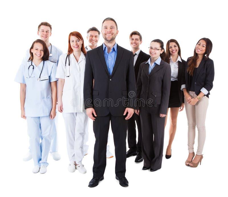 Διευθυντής που στέκεται μπροστά από την ομάδα του στοκ φωτογραφίες