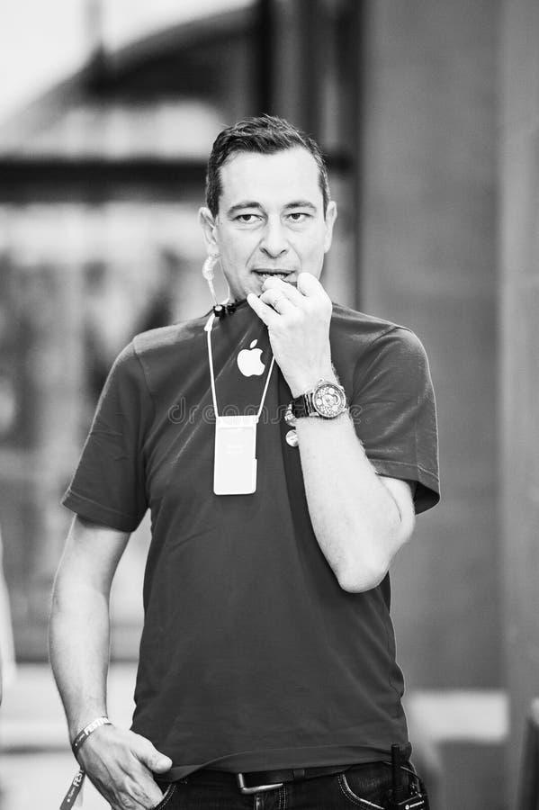 Διευθυντής πωλήσεων μεγαλοφυίας της Apple που μιλά μέσω walkie-talkie στοκ εικόνα