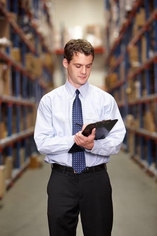 Διευθυντής στην αποθήκη εμπορευμάτων με την περιοχή αποκομμάτων στοκ φωτογραφία με δικαίωμα ελεύθερης χρήσης