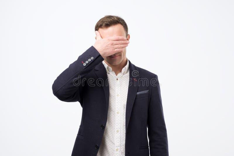 Διευθυντής στο κοστούμι που καλύπτει το πρόσωπό του με το χέρι Αρνητικές ειδήσεις στην εργασία στοκ φωτογραφίες