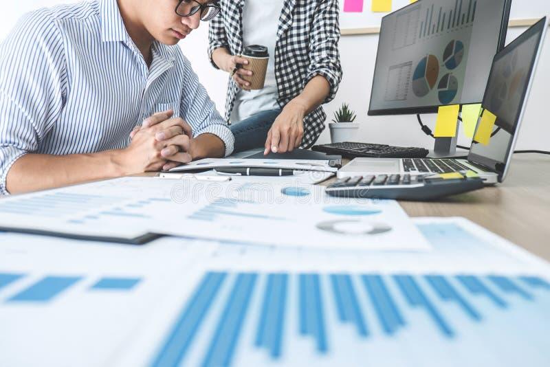 Διευθυντής χρηματοδότησης που παρουσιάζει και που συζητά το πρόγραμμα αύξησης επιχείρησης στοκ εικόνες