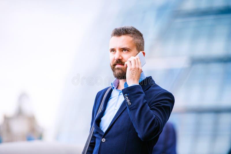 Διευθυντής Hipster με το έξυπνο τηλέφωνο, Λονδίνο Δημαρχείο στοκ εικόνα με δικαίωμα ελεύθερης χρήσης