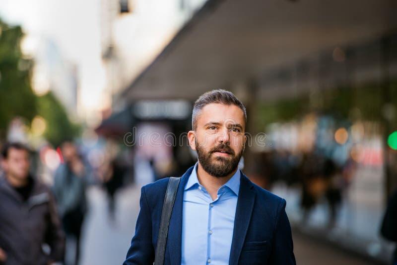 Διευθυντής Hipster στο μπλε πουκάμισο που περπατά στην οδό στοκ εικόνα με δικαίωμα ελεύθερης χρήσης