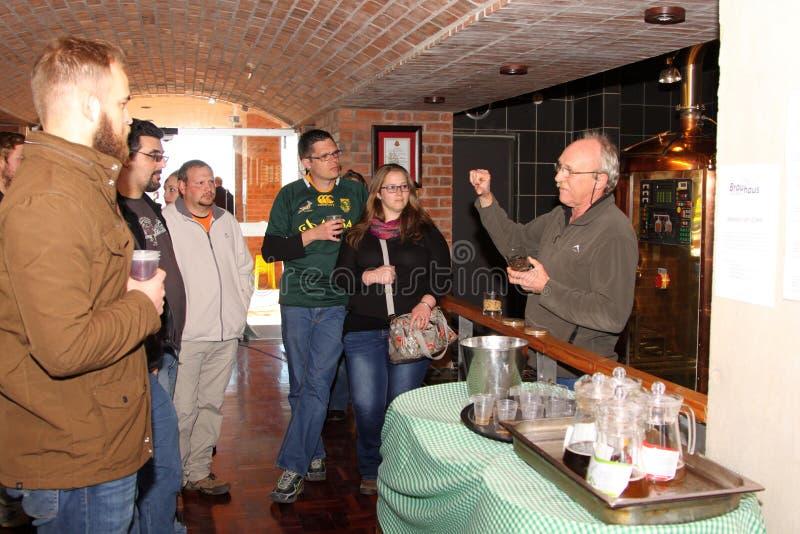 Διευθυντής Walter Stallmann που εξηγεί τη διαδικασία για να περιοδεύσει την ομάδα στοκ φωτογραφίες με δικαίωμα ελεύθερης χρήσης