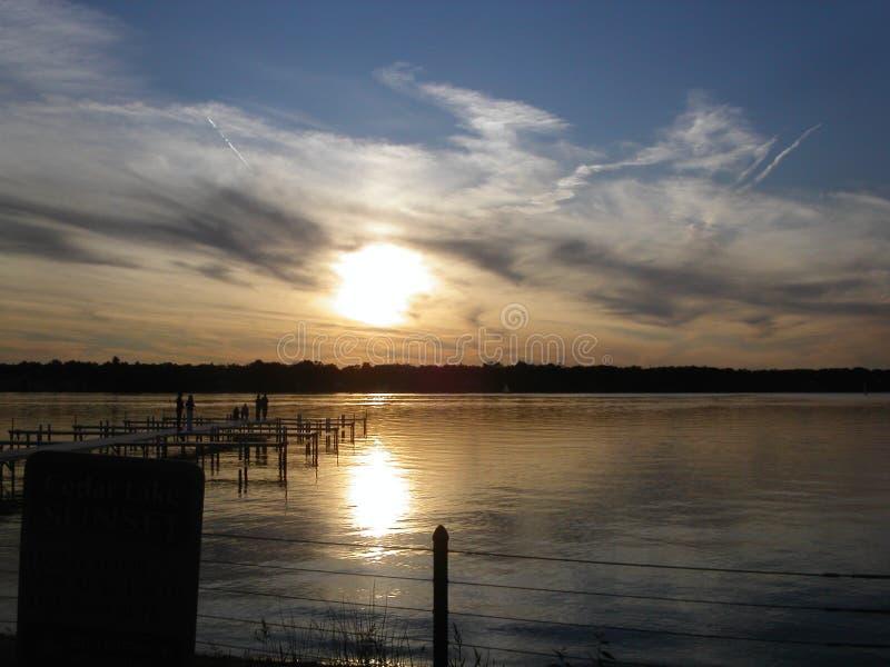 Δικαίωμα πριν από το ηλιοβασίλεμα στη λίμνη Ιντιάνα κέδρων στοκ φωτογραφίες
