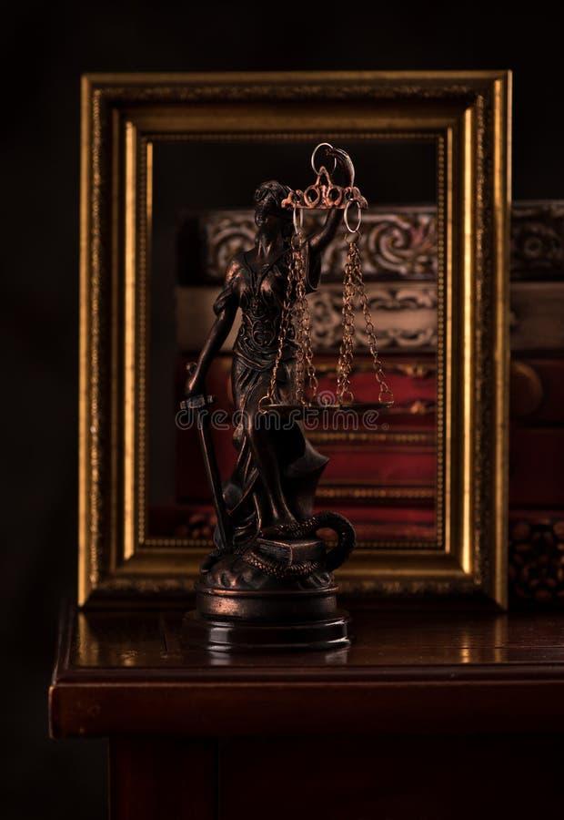 Δικαιοσύνη και βιβλία αγαλμάτων στοκ εικόνα με δικαίωμα ελεύθερης χρήσης