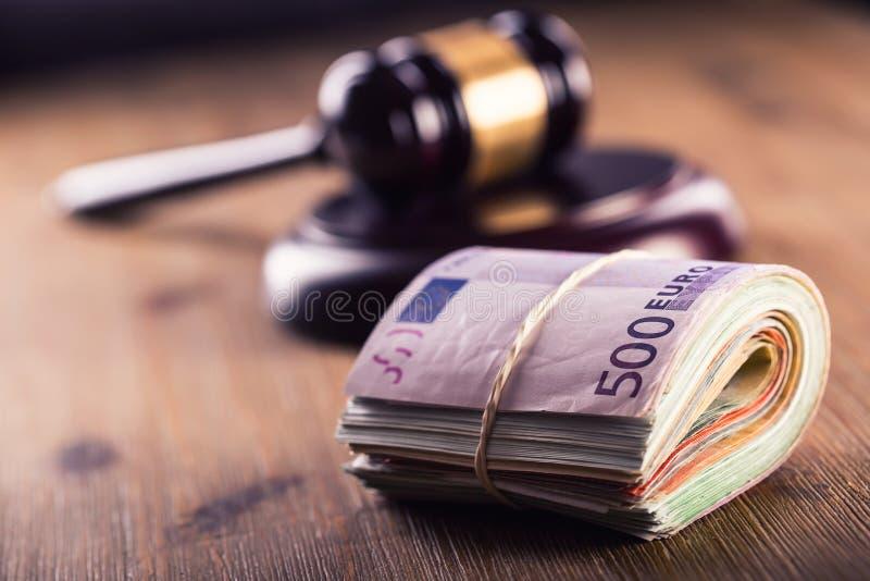 Δικαιοσύνη και ευρο- χρήματα εννοιολογικό ευρώ πενήντα πέντε δέκα νομίσματος τραπεζογραμματίων Gavel δικαστηρίου και κυλημένα ευρ στοκ φωτογραφία