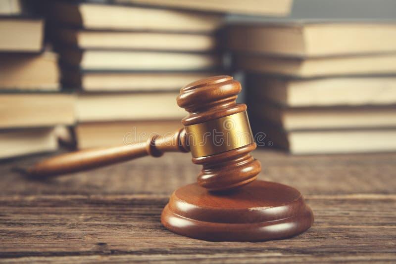 Δικαστής με τα βιβλία στοκ φωτογραφίες