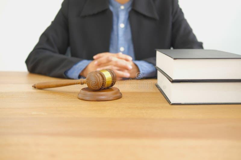 δικαστής & νομικό gavel νόμου στο δικαστήριο δικαιοσύνη πληρεξούσιων δικηγόρων στοκ φωτογραφίες με δικαίωμα ελεύθερης χρήσης
