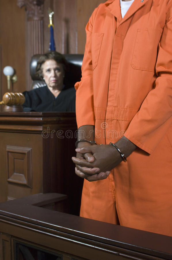Δικαστής που καταδικάζει τον εγκληματία στο δικαστήριο στοκ εικόνα