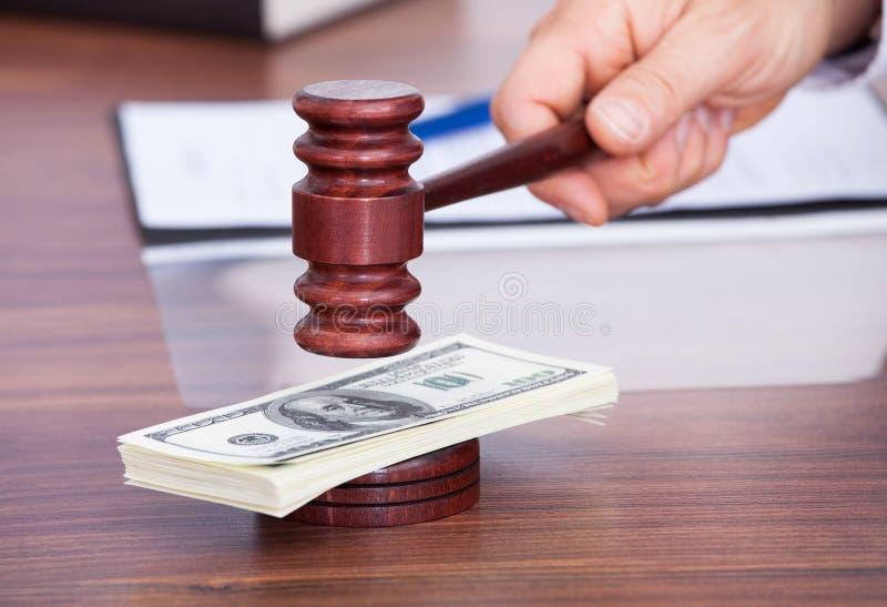 Δικαστής που χτυπά τη σφύρα στο τραπεζογραμμάτιο στοκ φωτογραφία με δικαίωμα ελεύθερης χρήσης