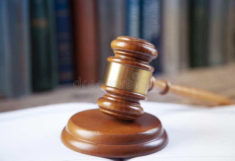 Δικαστής στα ανοικτά βιβλία στοκ φωτογραφία με δικαίωμα ελεύθερης χρήσης