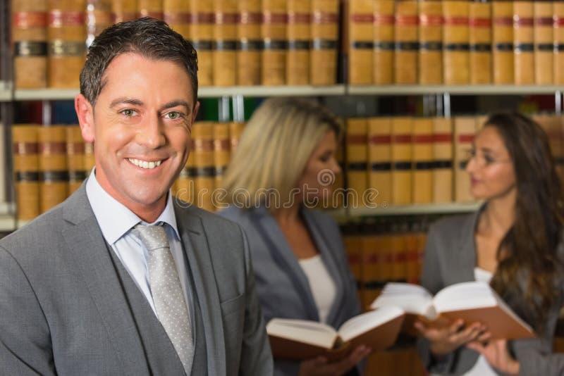 Δικηγόροι στη βιβλιοθήκη νόμου στοκ εικόνες με δικαίωμα ελεύθερης χρήσης