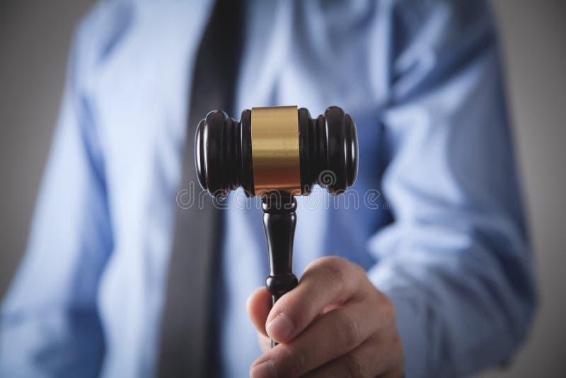 Δικηγόρος ή δικαστής που κατέχει σφυρί Δίκαιο και δικαιοσύνη στοκ εικόνες με δικαίωμα ελεύθερης χρήσης