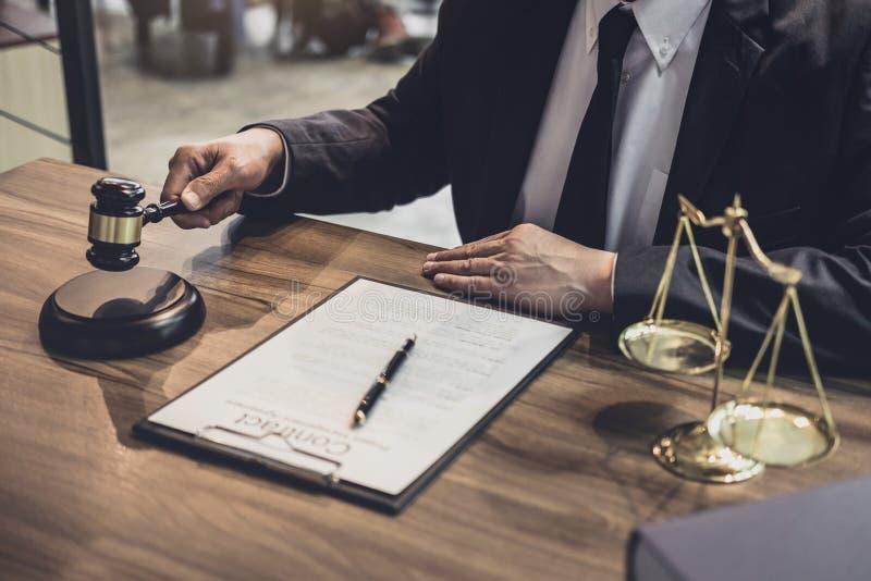 Δικηγόρος ή σύμβουλος που απασχολείται στα έγγραφα και που κρατά gavel στην έννοια δικαστηρίων, δικαιοσύνης και νόμου στοκ εικόνες
