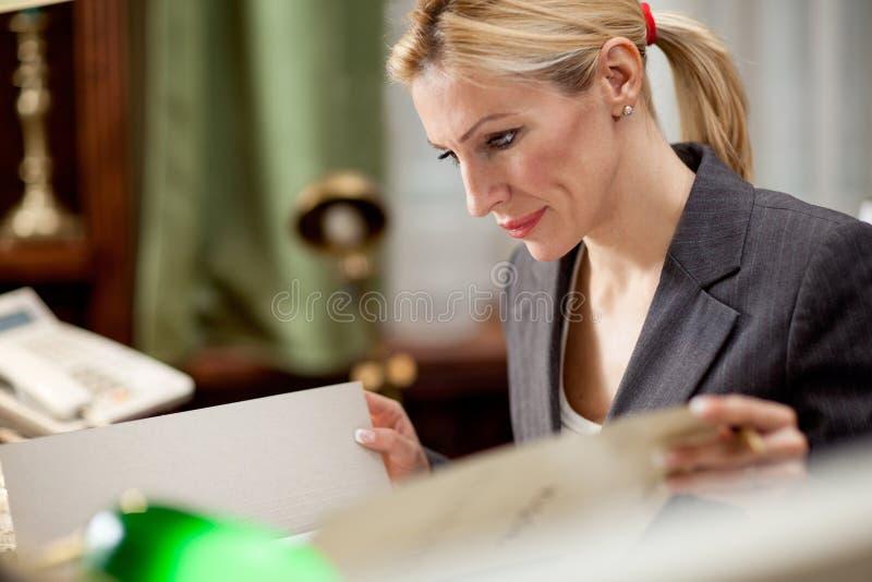 Δικηγόρος ή bankar ή εργασία επιχειρηματιών στην αρχή στοκ φωτογραφία με δικαίωμα ελεύθερης χρήσης